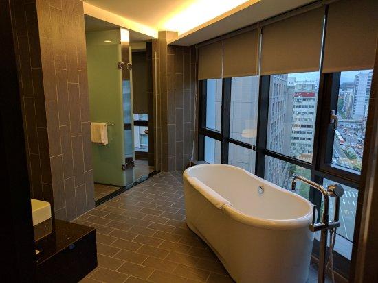 FX Hotel - Taipei Nanjing East Road: FX Suite. Bathroom.