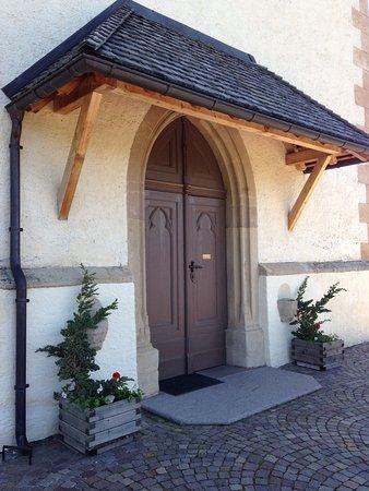 Anterivo, إيطاليا: Porte d'entrée de l'église