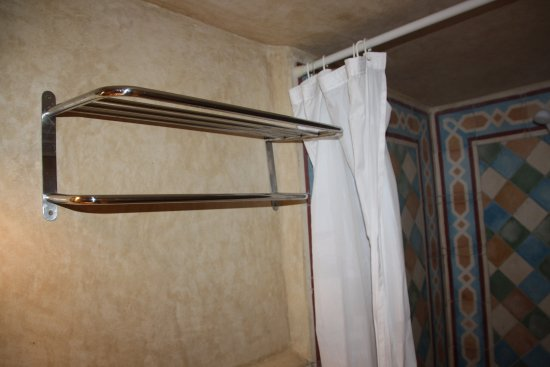 Hostal Guernika: Estantería de toallas.