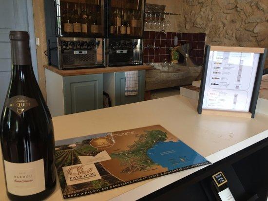 Cessenon-sur-Orb, ฝรั่งเศส: The Cellar Door Counter and Wine Tasting Sampling Machine