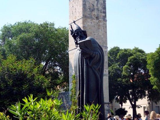 Grgur Ninski Statue: Side view
