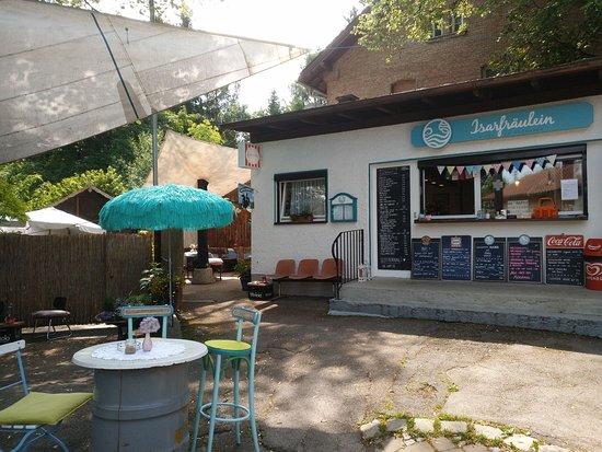 Pullach im Isartal, Germany: Man kann (z.B. bei Regen) hinten überdacht als auch innen sitzen