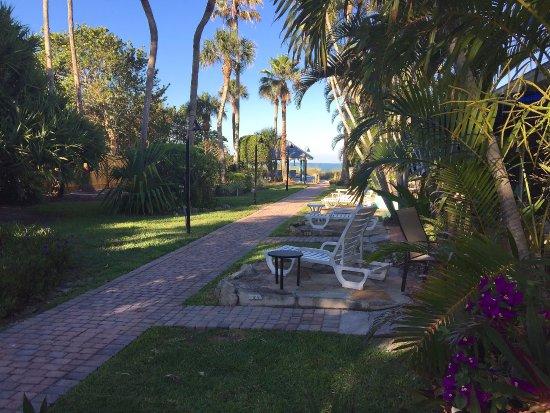 Sandpiper Inn: Pretty grounds