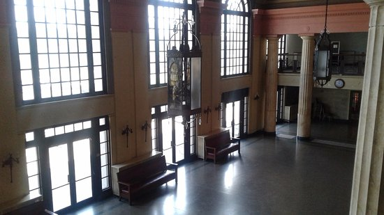 New Castle, Πενσυλβάνια: Lobby with stained glass light fixtures