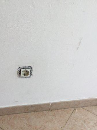 Apartamentos Montemar: Dangerous plug socket
