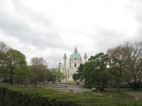 Karlsplatz: vista della chiesa di San Carlo