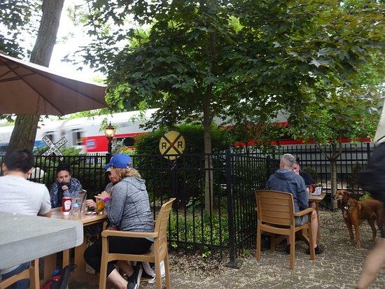 Cold Spring, Estado de Nueva York: view of AMTRAK trains rushing by the outdoor seating area