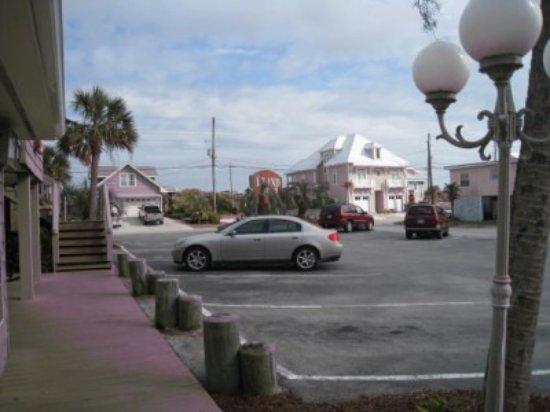 Island Inn: Located directly across from beach access
