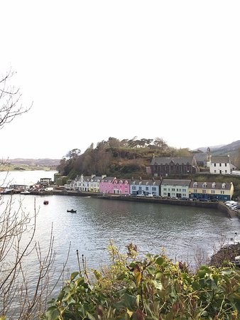 Pier Hotel: Hotel viewed from the town