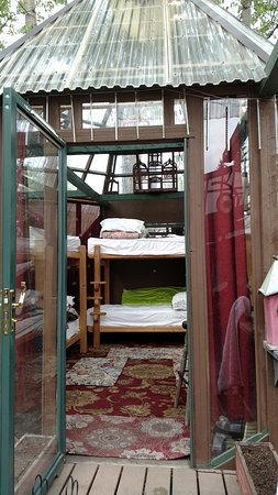 Billie's Backpackers Hostel: Sleeping Yurt outside home