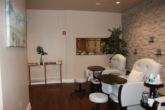 Victor, NY: Room for a party in our mani pedi room