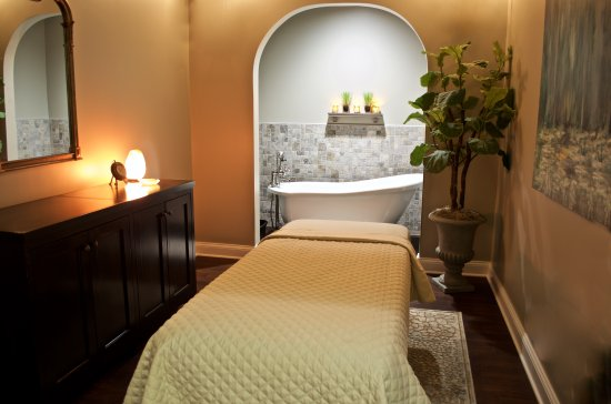Victor, Нью-Йорк: Soak away the day's aches and pains then enjoy a relaxing massage or body treatment