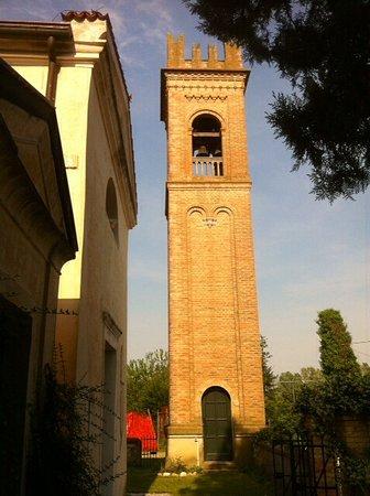 Chiesa di San Giuliano Martire: Il Campanile in parte alla Chiesetta .