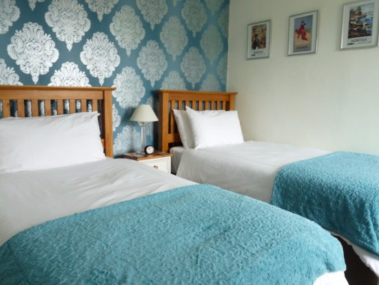 Dersingham, UK: Room 5, a twin room with a bath and a shower