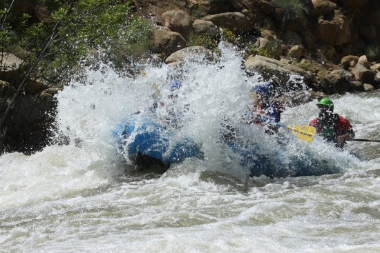 Lake Isabella, CA: This was the raft we were in, powering through the might Kern River! We looked like a submarine!