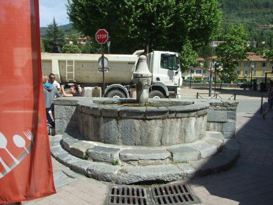Sospel, Frankrig: Jolie fontaine qui semble aussi d'époque