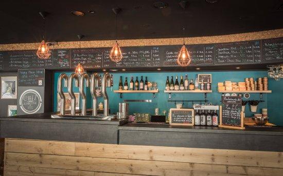 Bar à la décoration contemporaine, moderne, alliant bois & métal ...