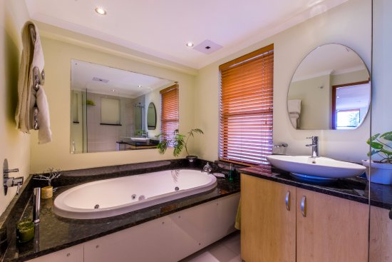 Gordon's Bay, Sudáfrica: Luxury Forest  Seaview Suite has deluxe ensuite bathroom with spa bath and modern shower
