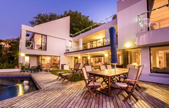 Gordon's Bay, Sudáfrica: The pool deck for enjoying the sunshine, lazing in the shade, sea views and a dip in the pool.