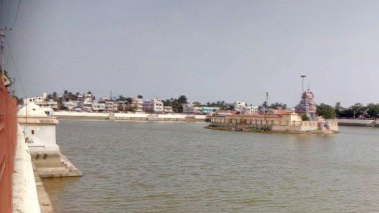 Thiruvarur, India: Huge water tank near the temple