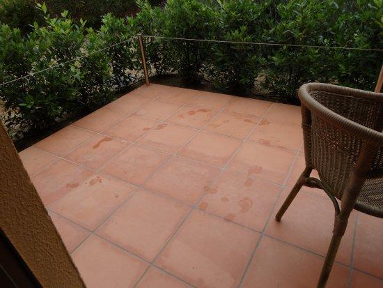 S'Agaro Hotel : Extrañas huellas de pies en la terraza, estuvieron ahí todo el fin de semana