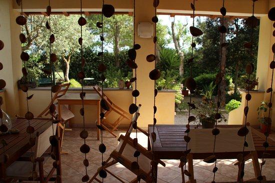 La finestra della cucina si affaccia sul loggiato ed il giardino ...