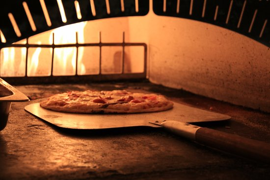 Bonfire Restaurant: Wood-fire cooked pizza