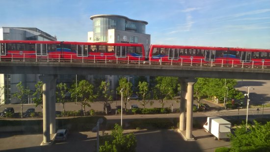 Premier Inn London Docklands (Excel) Hotel : The train is that close and can be noisy. No zoom on the camera.