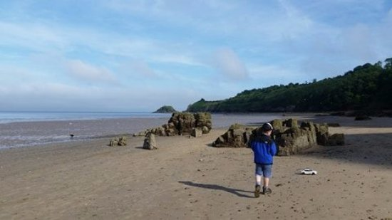 Cwmwennol Country House: beach at low tide