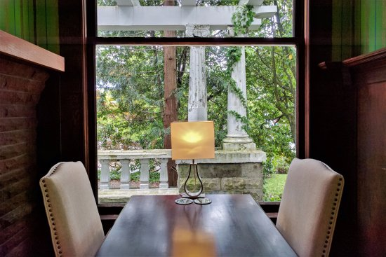 Evermore Guesthouse: Table with View in the Fireplace Room