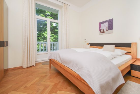 Residence Diana: modern two-room apartment with oak parquet floor on the first floor,
