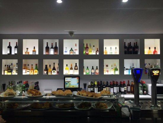 Venta de Banos, Spain: Barra de Cafetería