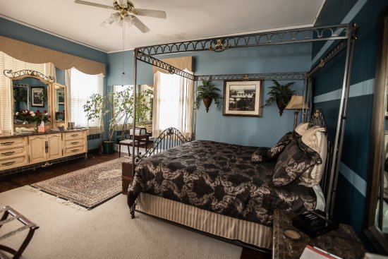 Morehead Manor Bed and Breakfast: Tiger Room - King Bed