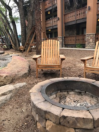 Silver Moon Inn: Nice fire pits right by the river. Firewood can be purchased at the hotel. Very nice touch.