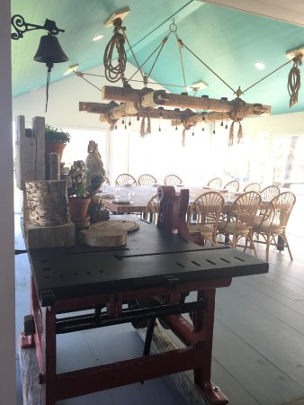 Bay Fortune, แคนาดา: Wine station and Family Table