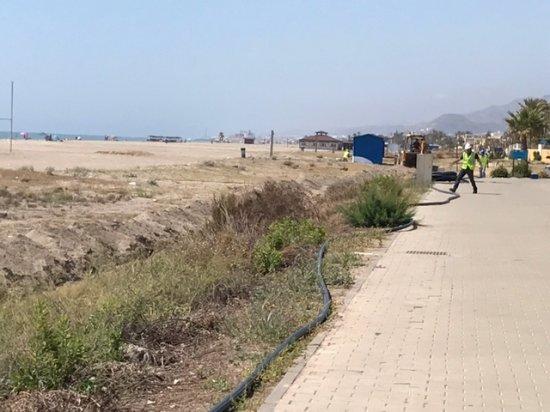 Vera, Spain: Arbeiten am Strand