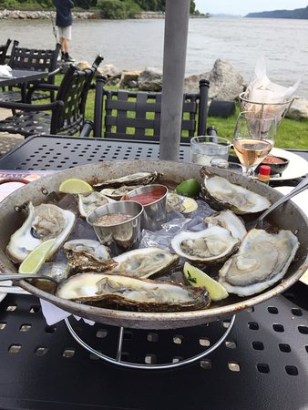 Half Moon Restaurant: oysters and rose