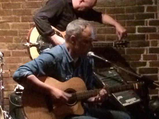 Hurley's Irish Pub: Intimate place to enjoy top talent