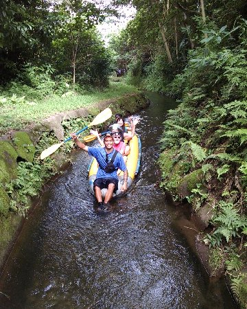 Hawi, Hawái: Tour guide Dalsen taking Flumin' guests through The Kohala Ditch System
