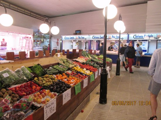 Cambrils, Espagne : Fresh fruit and veg at the market