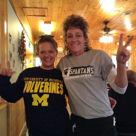 Houghton Lake, MI: Two of Shaker's waitresses!