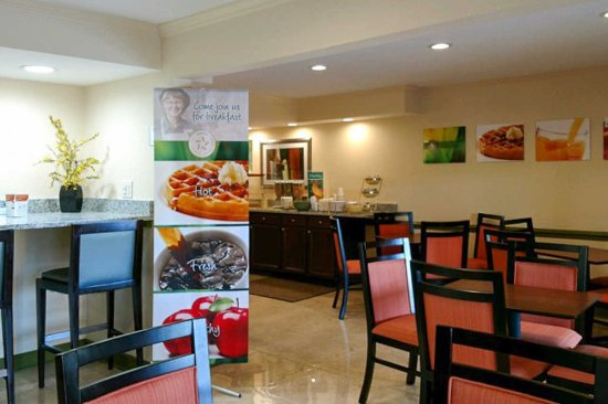 Quality Inn Tanglewood: Breakfast Area