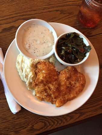 Valle Crucis, Karolina Północna: Fried chicken, mashed potatoes, gravy, and collar greens. Delicious.