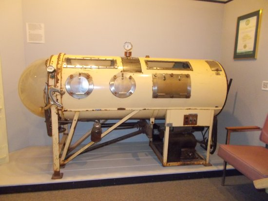 O'Leary, Canadá: An iron lung on display in the local museum
