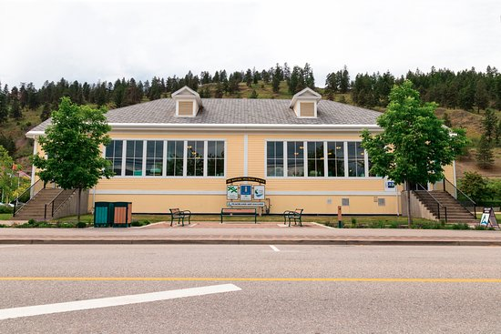 Peachland, Canadá: Our amazing Historic Schoolhouse and home to the Visitor Centre