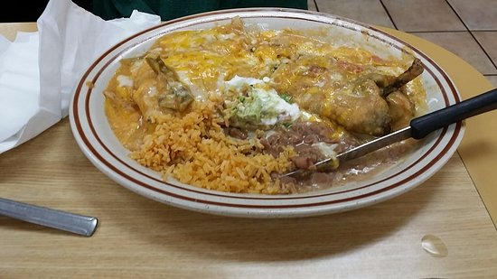 Mission Viejo, Californië: Chile Rellano & Chicken Enchilada with rice and beans.  Very delicious!!!