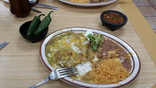 Mission Viejo, Californië: Chile Verde Enchilada with rice, beans, and jalapeno peppers.  Perfecto!!!