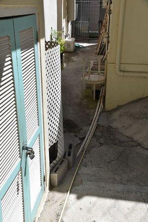 Pasanggrahan Royal Guesthouse: Durchgang zu den Zimmern / Hinterhofflair