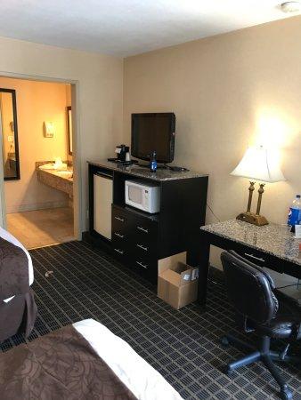 Quality Inn Chula Vista San Diego South: La habitación cuenta con refrigerador y horno de microondas