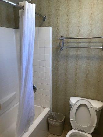 Quality Inn Chula Vista San Diego South: El baño cuenta con dispensador de jabón y shampo